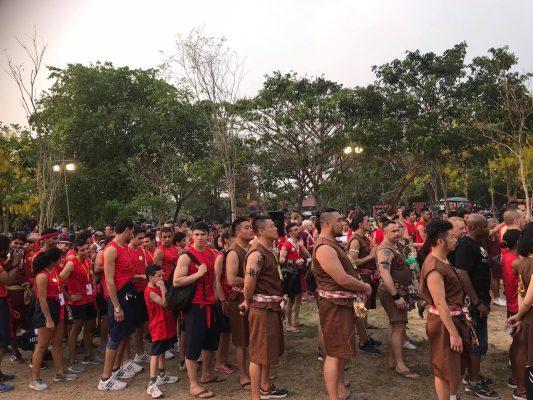 Các võ sĩ đến từ nhiều quốc gia đang xếp hàng chuẩn bị các nghi thức
